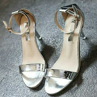 sandalias plateadas