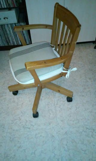 silla d madera giratoria