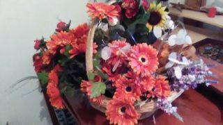 cesta grande con muchas flores