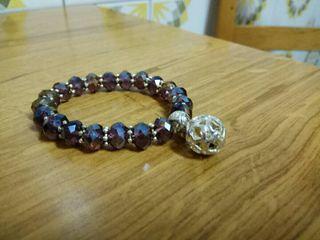 Preciosa pulsera con reflejos morados y bola