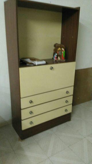 armario escritorio con tres cajones y el pupitre a