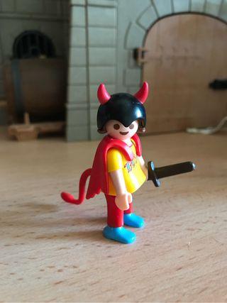 Playmobil niño con disfraz de diablo y espada