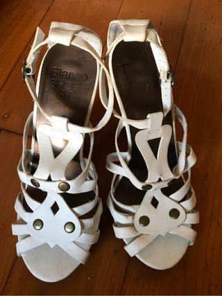 Sandalias blancas. De Blanco.