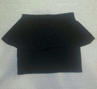 Falda negra con bolante