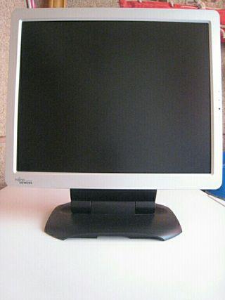 pantalla de ordenador y altavoces
