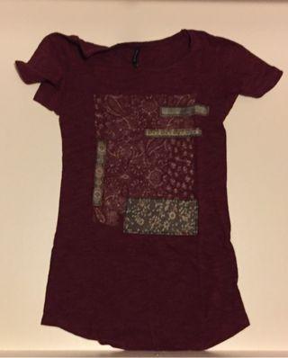 Camiseta istradivarius granate