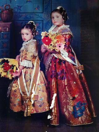 Dos trajes de fallera de niñas