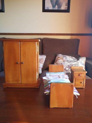 Muebles de madera hechos a mano para muñecas.