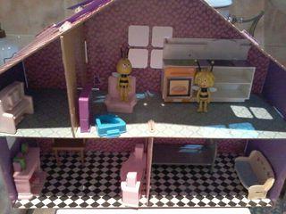 casa de muñecas con muebles y 4 muñecos