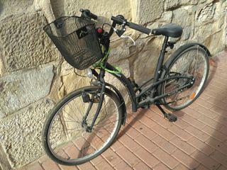 Bicicleta ciudad B'twin negra con cesta