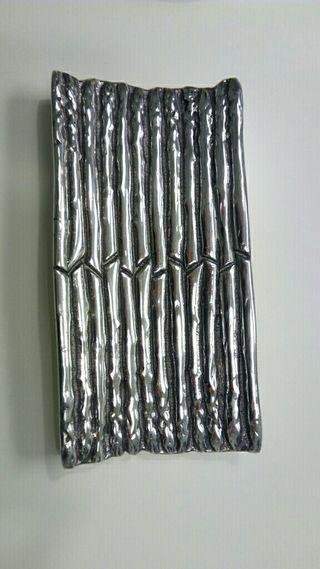 Bandeja de peltre con forma de esparragos