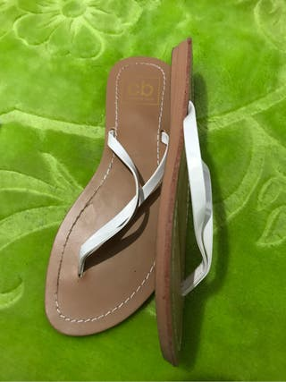 2 pares de sandalias