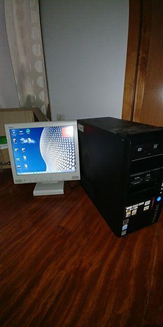 Ordenador y monitor viejo