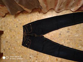 Pantalón vaquero oscuro.