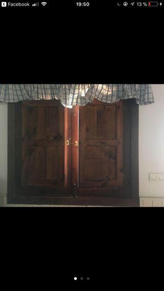 Dos ventanas de madera