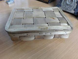 Antigua caja de mimbre