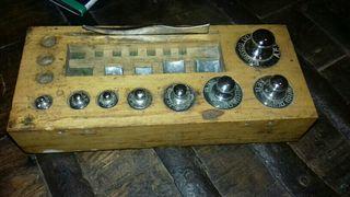 antigua caja de madera con pesas