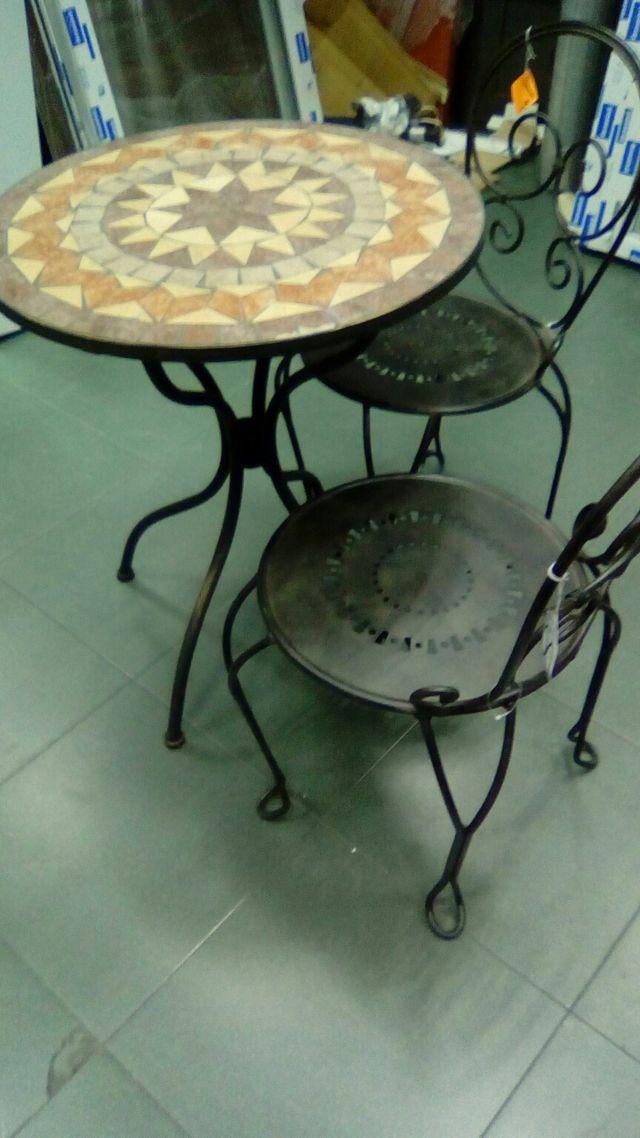 mesa mosaico y pareja de sillas