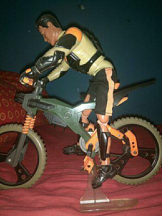 muñeco con bicicleta , muñeco con una moto y otra