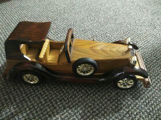 coche de madera antiguo