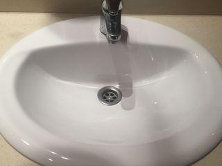 marmol con lavabo y grifo de baño y espejo precio
