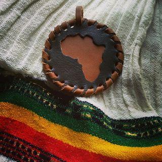 colgante de cuero Africa hecho a mano