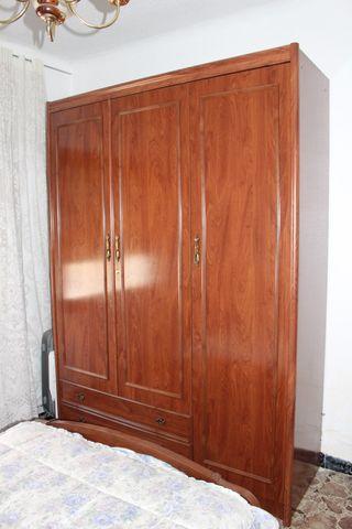 Mueble antiguo de madera maciza