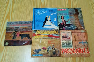 Lote de discos singles de vinilo antiguos.