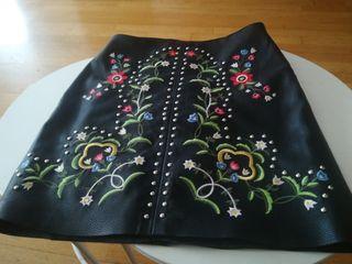 minifalda polipiel breshka bordado flores