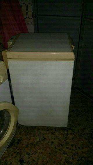 Hola vendo congelador prácticamente nuevo en 80 eu