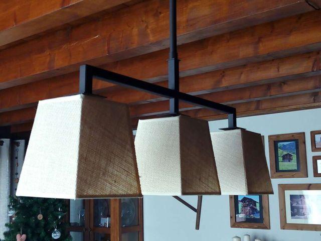 Lámpara en ferro color marró xocolata mate, amb tres pantalles en roba tipus lli gruixut