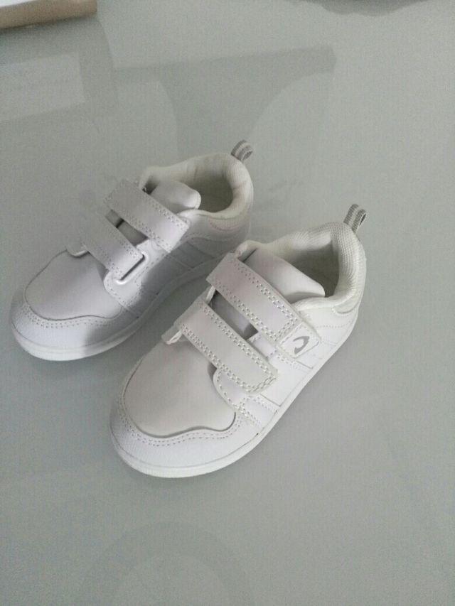 20d054159 Zapatillas niño nuevas talla 25 de segunda mano por 6 € en Sant ...