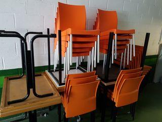 pareja de cuatro sillas y una mesa