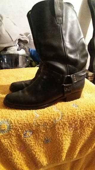 botas de piel de marca.