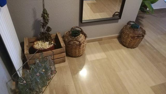 Conjunto muebles, cajas, lámpara led y estores.