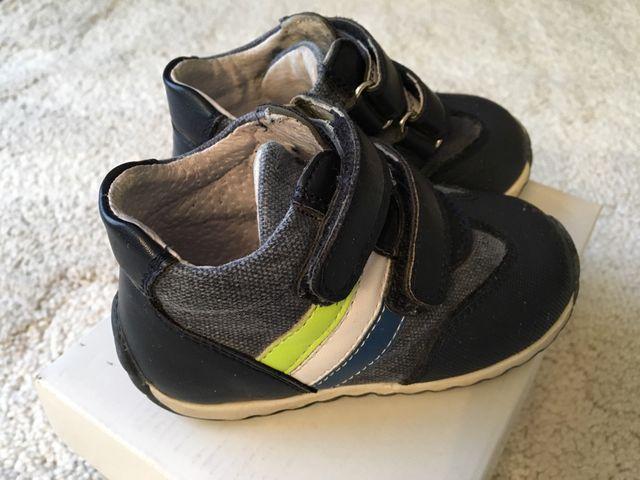 87d3dcb67b3be Zapatos bebe niño t. 22 de segunda mano por 5 € en Valencia en WALLAPOP