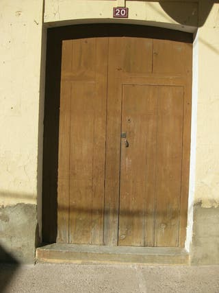 Puerta antigua de madera . Mobila.