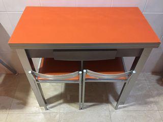 Mesa de cocina y dos taburetes