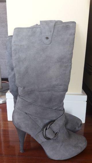 Botas tacón grises ante