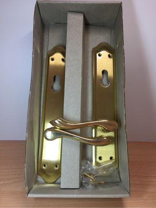 Manivela dorada de puerta