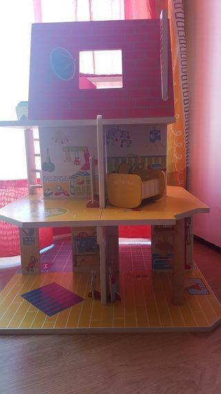 Casa de muñecas de madera.