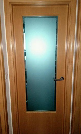 Puerta madera cerezo, con cristal.