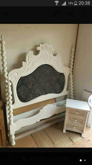 cama antigua restaurada, mas dos mesitas de noche
