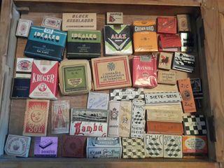 Tabacos, papeles de liar y cerillas antiguas