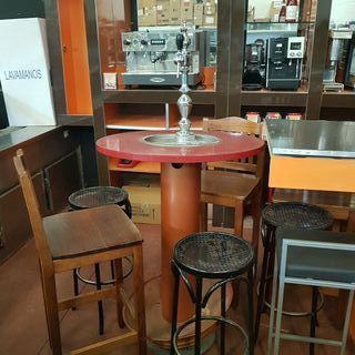 mesa redonda alta con grifo de cerveza