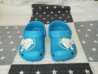 Zuecos Crocs azul niño, talla 19-21