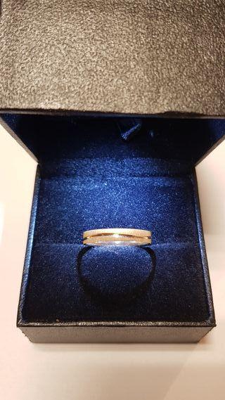 Alianza de boda con textura de oro 18 K