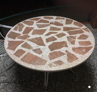 Mesa de marmol y sillas