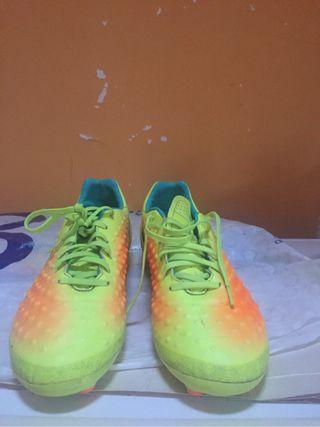 Mochilas y botas de fútbol