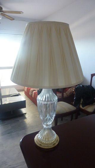 Lámpara de mesa en cristal.
